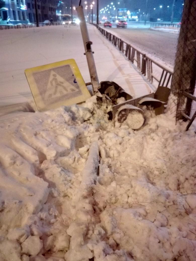 В Архангельске иномарка снесла светофор