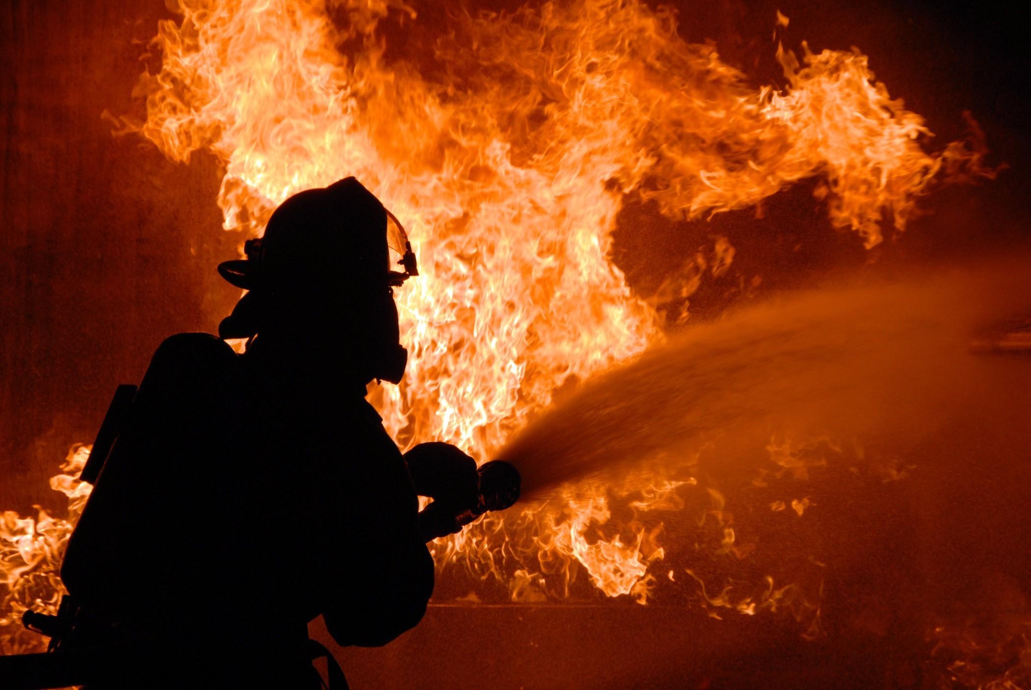 Женщина погибла при пожаре в деревянном доме в Архангельске