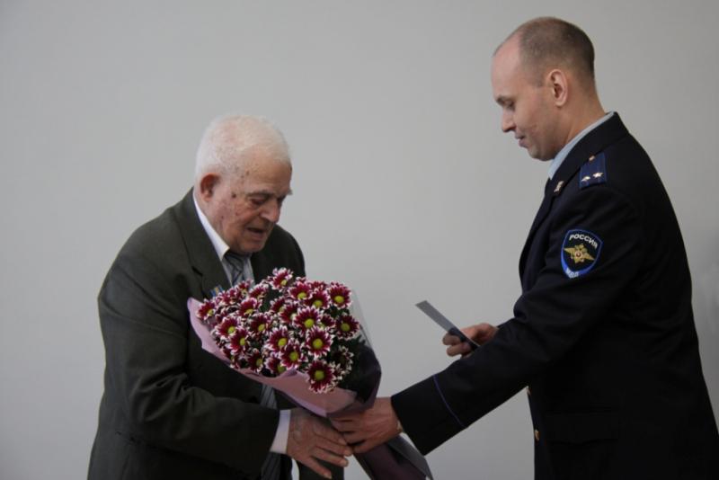В Архангельской области МВД вручило 93-летнему ветерану из Украины российский паспорт