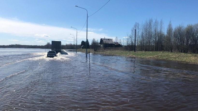 В Шенкурском районе затопило федеральную трассу М-8