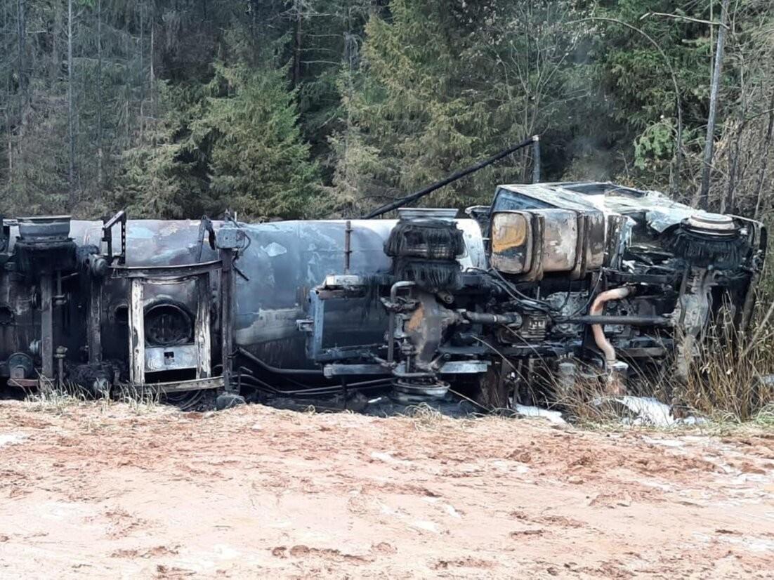 В Лешуконском районе полностью сгорел бензовоз, съехавший в кювет